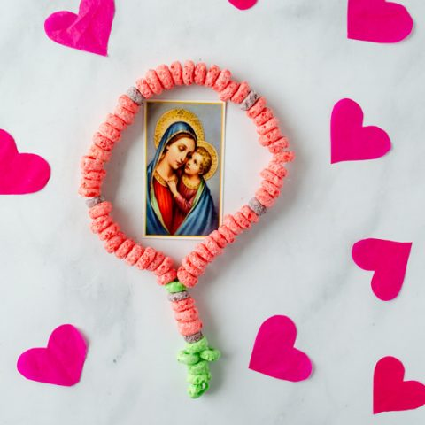 Rosary Craft for Preschoolers made out of fruit loops, an easy Catholic craft for children #catholiccrafts #craftsforkids #catholic